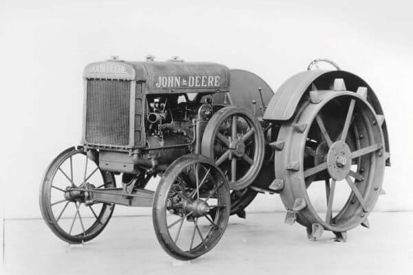 cual fue el primer tractor del mundo