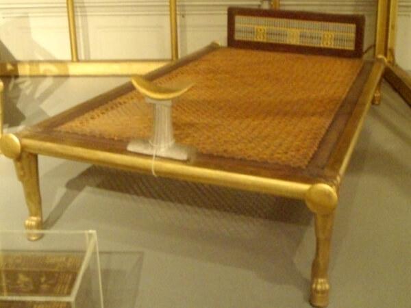 la primera cama de la historia