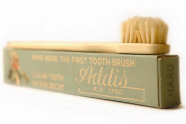 cuándo y dónde se inventó el cepillo de dientes