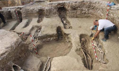 arqueologos-trabajando-ruinas-antiguas