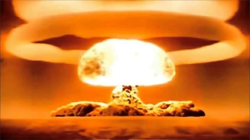 primera bomba nuclear historia
