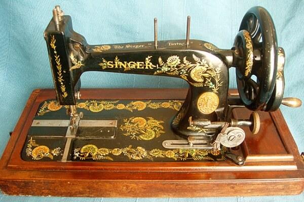 ¿Quién inventó la primera máquina de coser y en qué año?