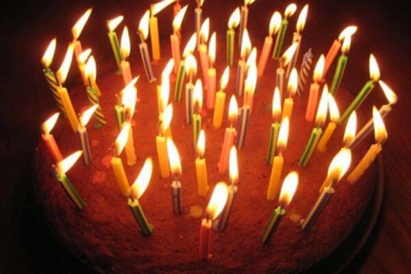 historia del pastel de cumpleaños y las velas