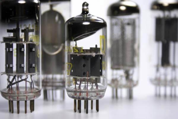 el primer transistor de la historia