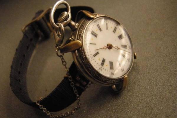 ¿Cuándo se inventó el primer reloj de muñeca?
