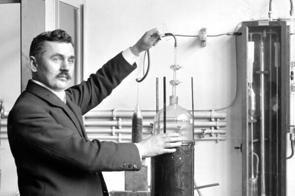 cuándo se inventó la luz de neón