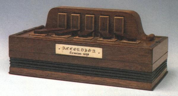cuándo se inventó el acordeón
