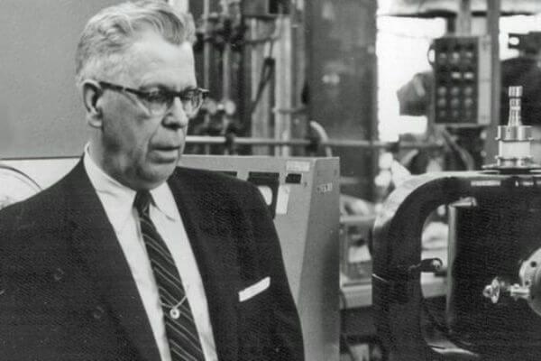 quién es el inventor del microondas