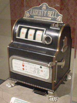 Quién inventó la máquina tragamonedas
