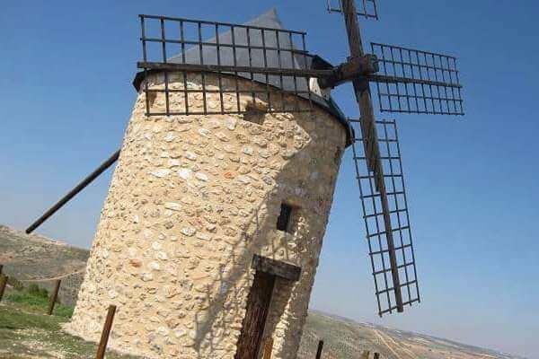 ¿Quién inventó el molino de viento y en qué año?